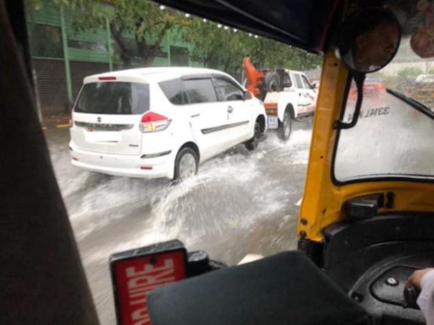 オフィス街の道路は水没
