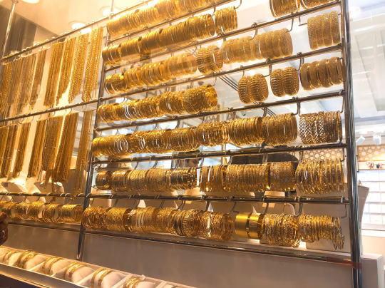 ドバイのゴールドスークに並ぶ18金や24金のジュエリー