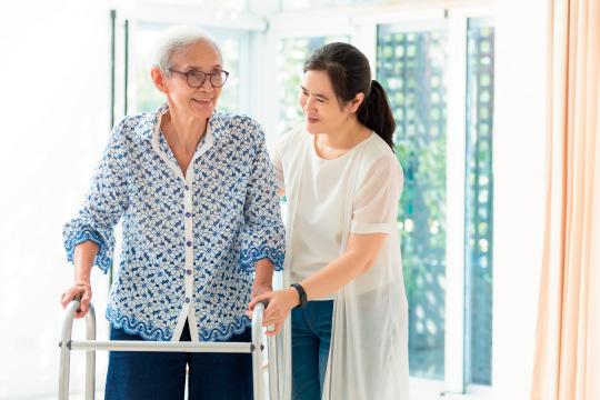 高齢者を介護する女性