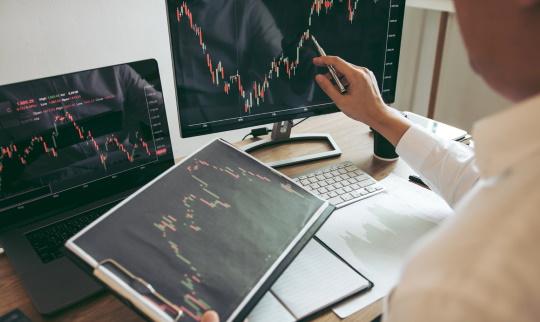 株価チャートを見る男性