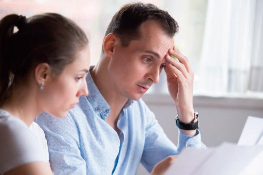 保険の見直しをする夫婦