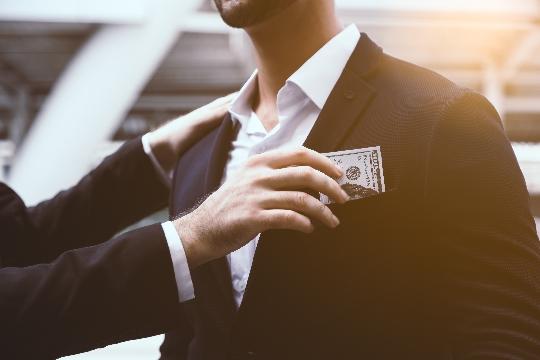 お金を渡すイメージ