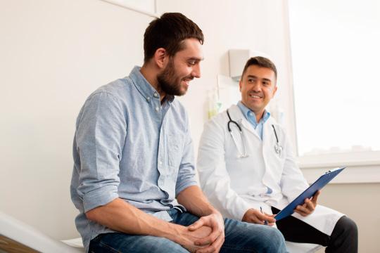 医療相談する男性のイメージ