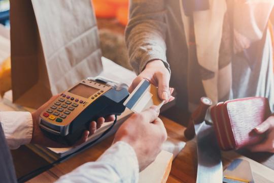 クレジットカードでの買い物のイメージ画像