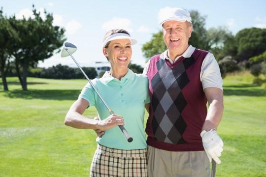 ゴルフをプレイする老夫婦