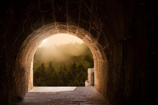 トンネルの先の希望のイメージ画像