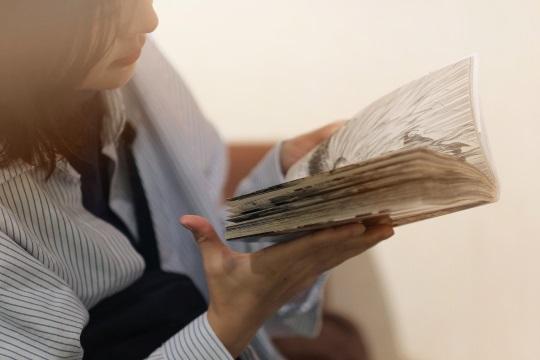 マンガを読む女性